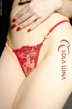Micro String Roxanne - Micro string en guipure de dentelle rouge désir, et bijoux fantaisie précieux.