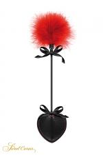 Tapette pique avec pompon rouge - Sweet Caress - Mini cravache légère pour jeux BDSM softs, avec un pique en guise de claquette et un pompon rouge à l'autre extrémité.