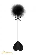 Tapette coeur avec pompon noir - Sweet Caress - Mini cravache légère pour jeux BDSM softs, avec un cœur en guise de claquette et un pompon noir à l'autre extrémité.